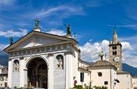 Die einzige Stadt dieses Gebiets ist gleichzeitig die Hauptstadt und liegt im Zentrum. Aosta liegt in einem breiten Tal an der Kreuzung von zwei Flüssen, der Dora Baltea und dem Buthier. Dieses Gebiet spielte seit jeher eine wichtige Rolle für den Handelsaustausch und erregte auch das Interesse der Römer, die die Region eroberten. In der Stadt kann man noch die unverwechselbaren Spuren der einstigen ...