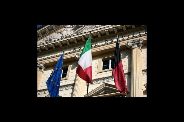 Die Region hat einen Sonderstatus und ist stark vom Kulturaustausch geprägt: vor dem Rathaus von Aosta flattern die italienischen, europäischen und regionalen Fahnen im Winde.
