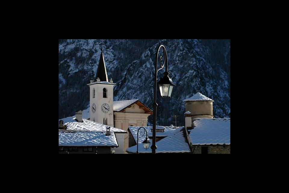 Located at the bottom of a valley surrounded by high mountains, Aosta experiences frequent snowfalls in winter