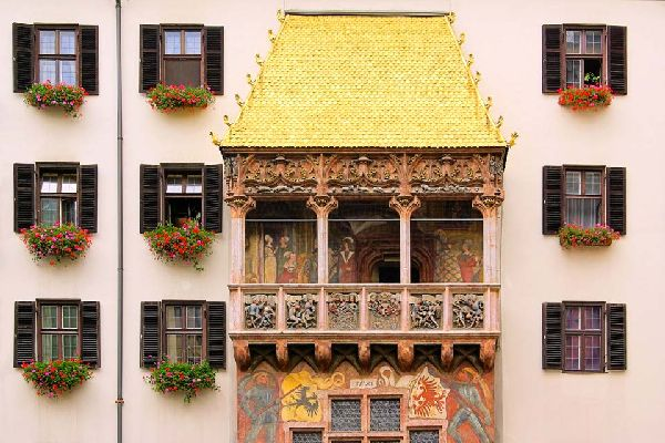 This façade dating from the end of the 15th century was built in honour of the marriage of Maximilian 1st to Bianca Marie Sforza. The roof, with fire gilded copper-tiles, attracts many curious visitors.