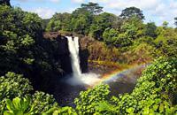 A Hilo, sur l'île d'Hawaii, laissez-vous porter par le charme d'une petite ville pluvieuse, jonchée de jardins d'orchidées. Au centre-ville, près du Wailuku River, appréciez son Vieux Quartier des affaires, bordé d'immeubles peints de couleurs vives. Vivez l'animation du marché fermier exotique, les mercredis et samedis matin, au carrefour de Mamo Street et de Kamehameha Ave. Assistez, tôt le matin, ...