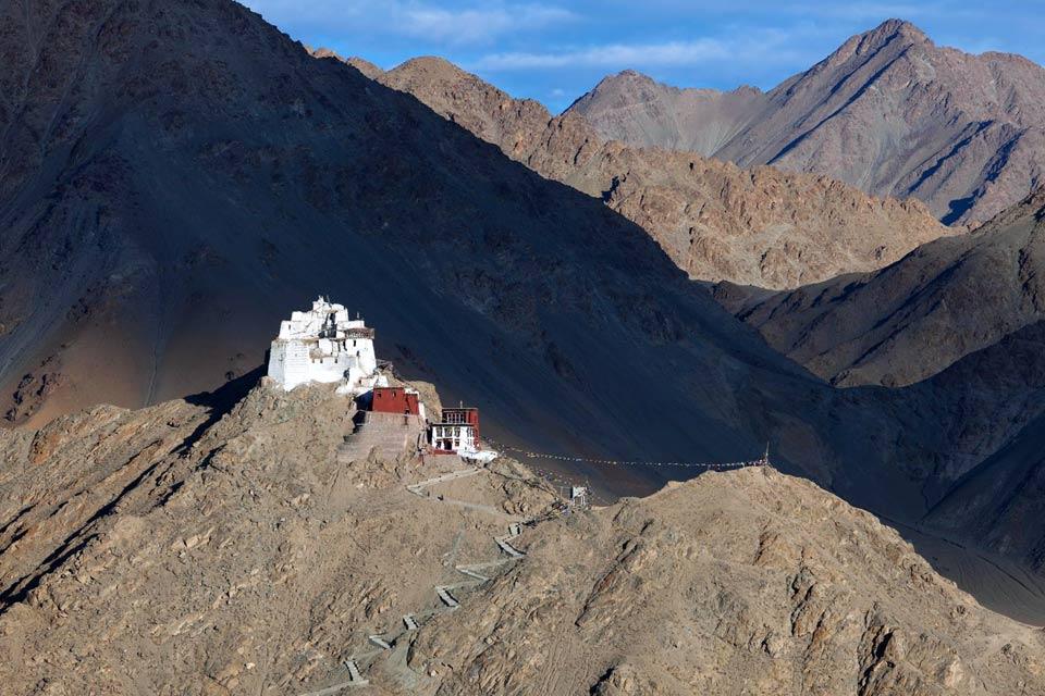 La pequeña ciudad de Leh se levanta al fondo de un pequeño valle, justo al norte del valle del Indo. En ella encontrarás el palacio de nueve plantas de Lechen Palkhar (Palacio de Leh), la fuente de inspiración del famoso palacio de Potala, en Lhasa, Tíbet. Esta antigua residencia de la familia real ladakhi se desmorona lentamente, por falta de mantenimiento. Justo por encima de él, encontrarás un sendero ...