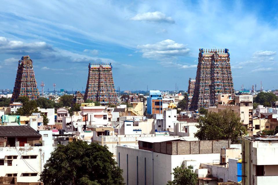 Madurai es el lugar activo por excelencia de la cultura tamil. El templo de Minakshi (Sundareshvara) del siglo XVII, dedicado a Shiva, es uno de los monumentos indios más frecuentados. Puedes admirar sus gopurams (torres arriba de la entrada del templo), llenos de esculturas policromadas que dominan toda la ciudad. Callejea por su laberinto de galerías, salas y santuarios. Todas las noches a eso de ...