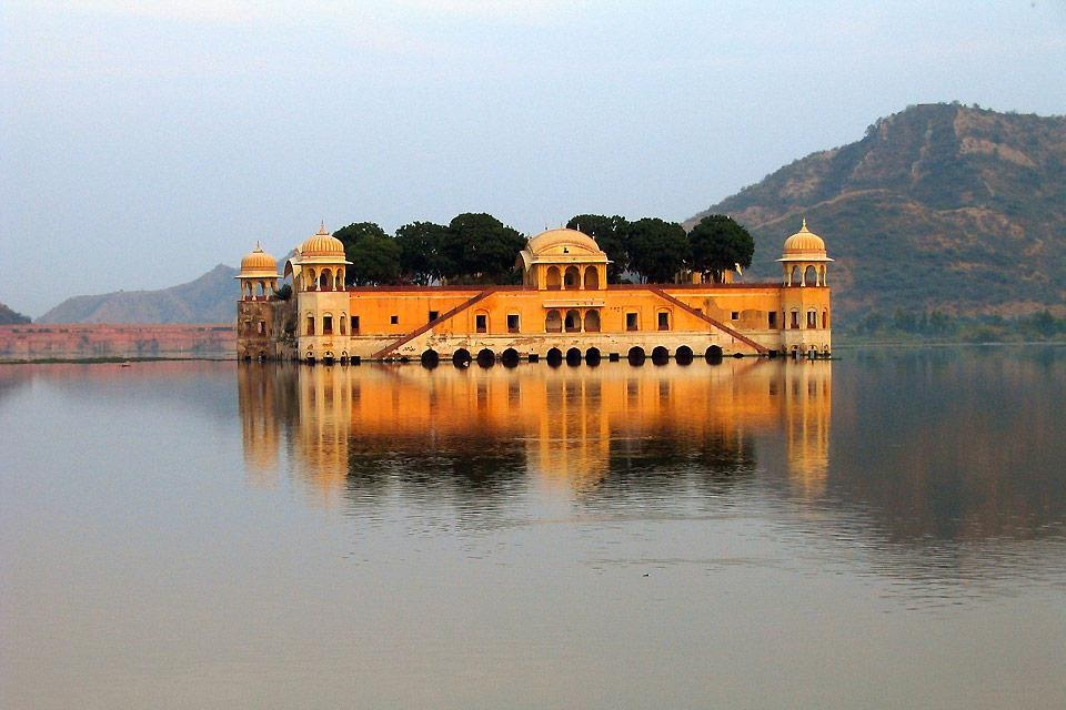 This palace was built in the middle of Man Sagar Lake in 1799; only the top five floors and the terrace can be seen above the water. It currently houses a museum.