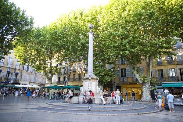 This fountain was built in 1756 and is easily recognisable thanks to the Roman column that sits above it. Needless to say, this is one of the most popular meeting places in Aix.