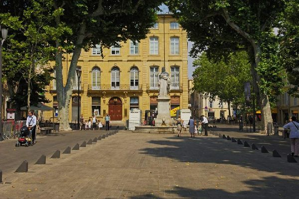 This is the best known thoroughfare in Aix-en-Provence, running from east to west for some 400m. The statue of King René stands just in front of Forbin Square, at the far eastern end of the Cours Mirabeau.