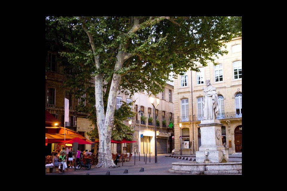 To the east of the Cours Mirabeau stands King René of Anjou, who died in Aix-en-Provence in 1480. The monumental statue was built in 1822 and weighs over 6 tonnes!