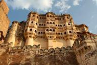 El fuerte se sitúa sobre una colina de 150 m de altura y que domina la ciudad; la construcción original, encargada por Rao Jodha en 1459, fue modificada repetidas veces por sus sucesores.