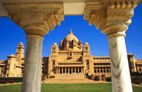 En Jodhpur, la azul, entra en el Majestic Fort, la ciudadela más impresionante de Rajastán. Desde lo alto de la fortaleza de Mehrangarh situada en una colina, sigue el camino de las murallas y disfruta de las extraordinarias vistas de la ciudad azul. Pasea por el dédalo de callejuelas animadas de la Ciudad Antigua....