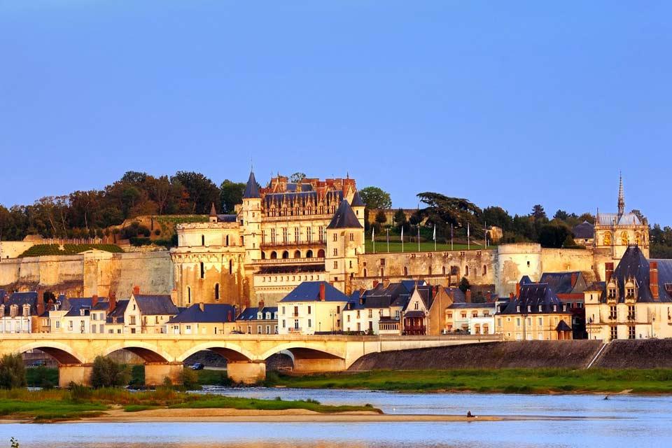 Classée au patrimoine mondial de l'UNESCO, la terre royale d'Amboise se situe au cœur de la Touraine en Indre-et-Loire. Cette charmante ville, dont l'étymologie signifie  entre deux eaux, est bordée par la Loire et par l'Amasse. Surplombée par son château, si célèbre qu'imposant, Amboise attire les curieux du monde entier.  La ville accueillit d'illustres personnages aux rôles phares dans l'Histoire ...