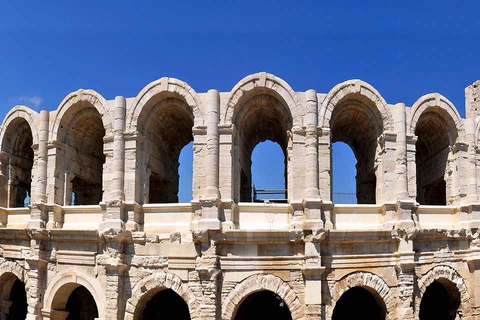 Anima del sud, Arles è una cittadina piacevole in piena Provenza francese. Conosciuta per le sue arene romane e per avere ospitato Van Gogh, che la rappresenterà in buon numero di suoi quadri, Arles merita una visita. Baciata dal sole del midi, vanta un clima molto meno rigido che la fredda Parigi; ricca di cultura, si pavoneggia in numerosi festival di portata internazionale, fra cui il più rinomato ...