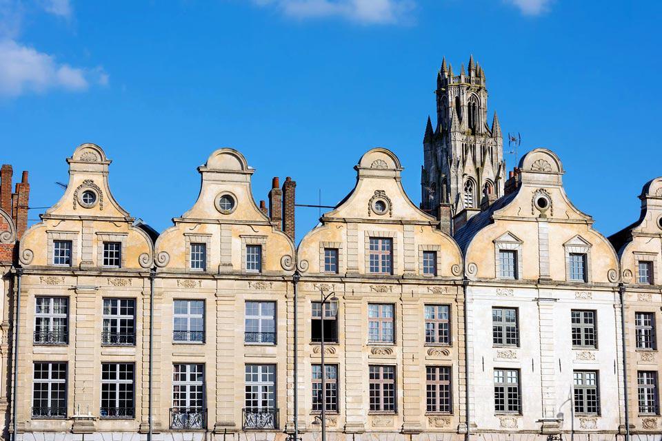 Ville natale de Robespierre, François Vidocq et Guy Mollet, Arras, capitale de l'Artois située dans un écrin de verdure vallonné, se caractérise par la beauté de ses places, églises et édifices de style flamand. Ville chargée d'histoire presque anéantie durant la Première Guerre mondiale, elle a été remarquablement reconstruite à l'identique grâce à la ténacité de ses habitants, dynamisme dont elle ...