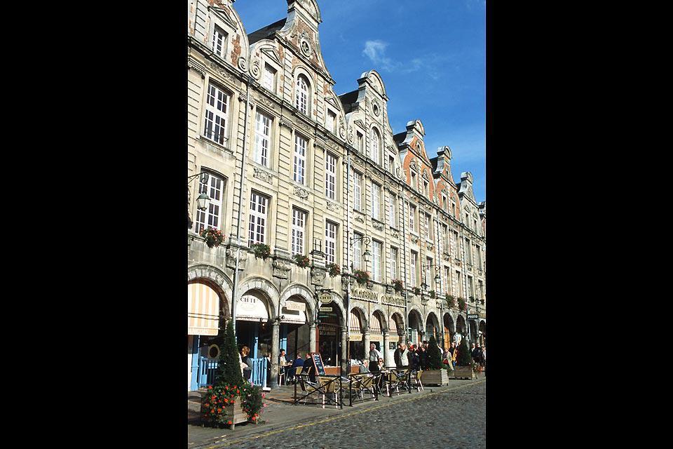 Classificata nel patrimonio UNESCO, questa piazza tipicamente fiamminga e il suo pavé accolgono il festival della musica di Main Square, un evento da non perdere.