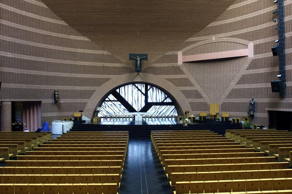 Préfecture de l'Essonne, cette ville-nouvelle condense toutes les conceptions urbanistiques et architecturales de la deuxième moitié du XXème siècle. Sur la place des Droits-de-l'Homme se trouvent l'hôtel de ville et la chambre du commerce et de l'industrie, exemples de l'architecture publique du siècle dernier. Quant à la cathédrale de la Résurrection, consacrée en 1996, c'est la plus récente cathédrale ...