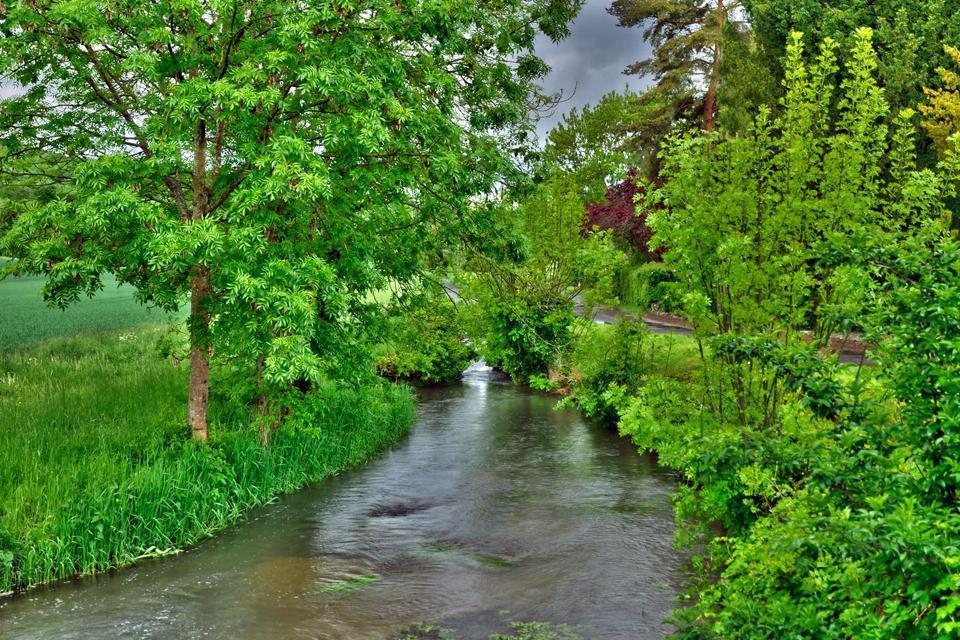 Bagnoles de l'Orne est une commune située en Basse-Normandie, connue pour être le pays de Lancelot du lac, cet endroit fascine par ses légendes Arthuriennes. Terre d'histoire, de légende et de culture, la ville est aussi un lieu de calme et de relaxation. C'est la station thermale du bien-être.   Placée entre la forêt et le lac, cette commune conjugue les vertus bienfaisantes du grand air et de l'eau. ...