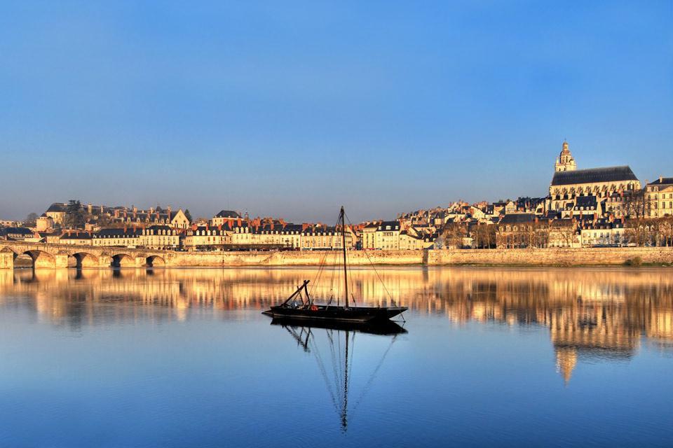 Résidence royale de Louis XII, la ville de Blois, chef-lieu du Loir-et-Cher est aussi la plus peuplée du département. Ville d'arts et d'histoire, Blois est classée depuis 10 ans au Patrimoine mondial de l'Unesco en tant que « Paysage naturel ». Riche de son activité associative, culturelle et sportive, Blois joue un rôle d'équilibre entre Tours et Orléans. Blois est également la porte ouverte sur ...