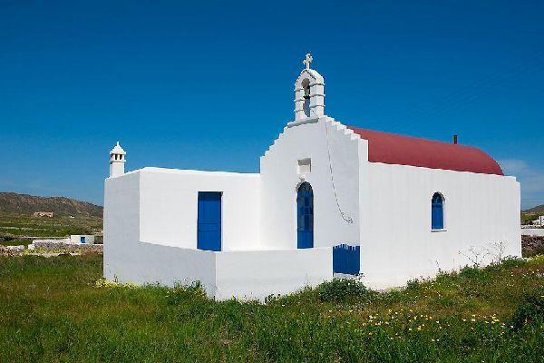 En dehors de la ville, les églises vivent paisiblement à l'intérieur de l'île.