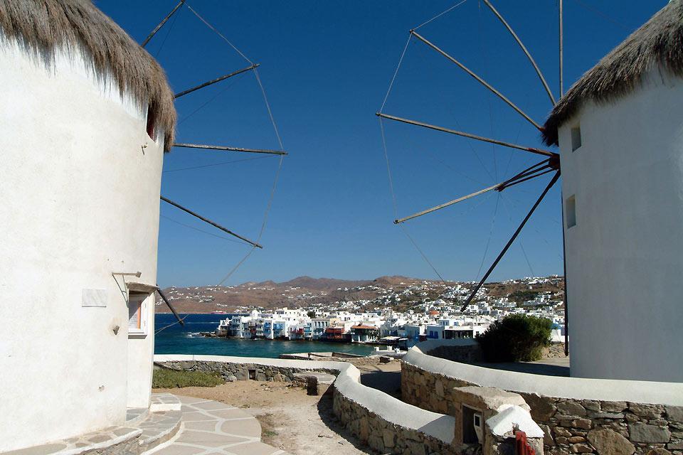Dall'alto di un promontorio roccioso, i mulini di Mykonos dominano la città