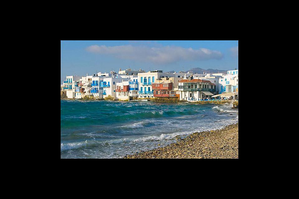 Le bord de mer de Mykonos est jalonné par de nombreux établissements.