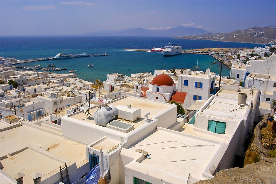 Il panorama che si offre dall'alto di Mykonos comprende il mare blu della Grecia, e la città