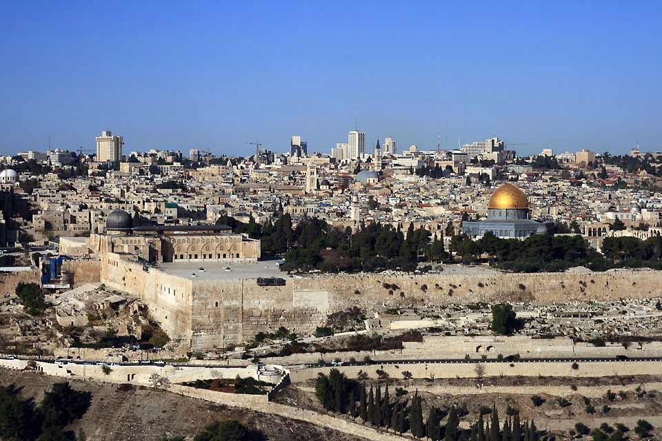Jerusalem ist eine wichtige Pilgerstätte für Juden, Katholiken und Muslime, und der meistbesuchte Ort von Israel. Historische Denkmale, religiöse Stätten... Diese Stadt auf den Hügeln von Judäa birgt unzählige Bauwerke und Orte, die in enger Verbindung zur Geschichte des Landes stehen. Das israelische Kulturerbe ist außergewöhnlich reichhaltig: die Moscheen, die Felsenkirche oder die Alte Stadt mit ...