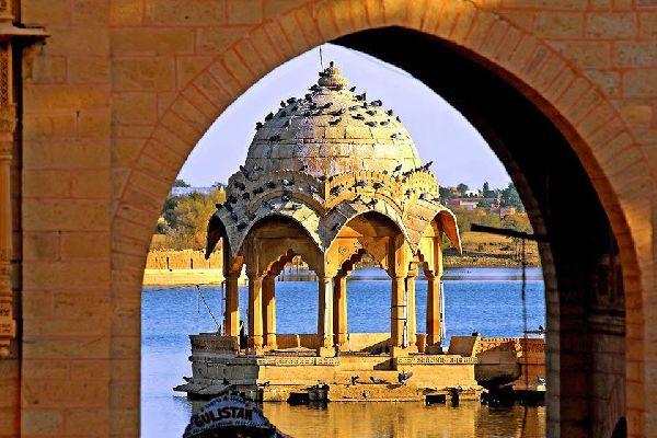 Jaysalmer, la ciudad dorada, situada a las puertas del desierto de Thar, con su arquitectura medieval tradicional, sus templos y sus palacios, evoca verdaderamente la India de las leyendas.