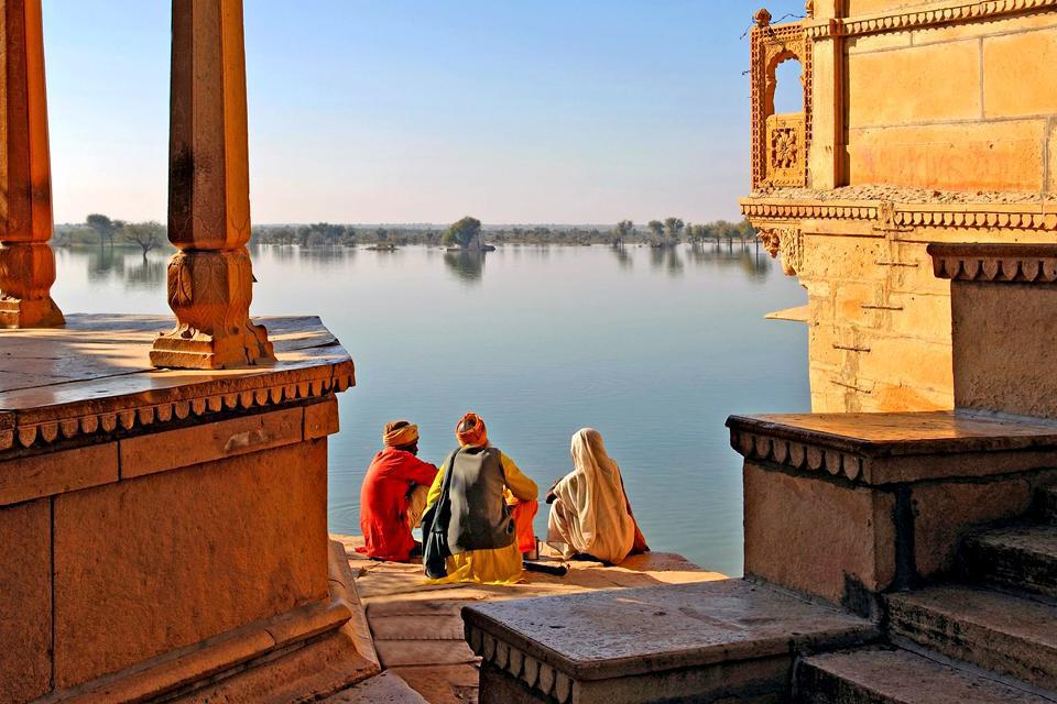 A Jaisalmer, la jaune, les remparts crénelés, couleur ocre, de la forteresse du XIIème siècle se fondent dans le désert de Thar. Appréciez le calme de la cité avec sa zone piétonne, pour découvrir son palais Royal, perché au sommet d'une butte et ses temples jaïns, richement décorés. Admirer les havelis de la ville basse, ces demeures traditionnelles dotées de cours intérieures, de balcons et de fenêtres ...