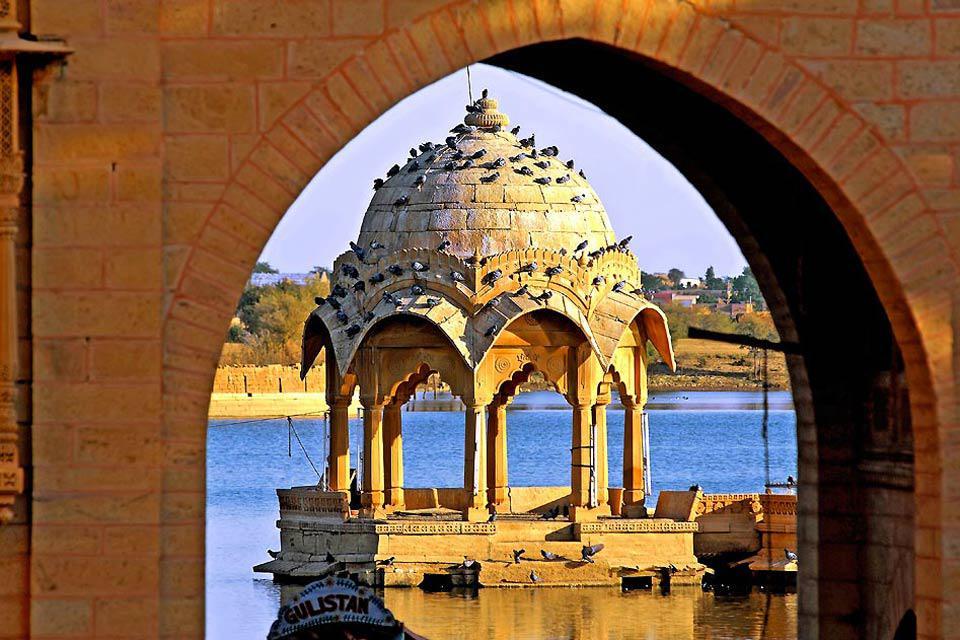 Aux portes du désert de Thar, avec les architectures médiévales traditionnelles de ses temples et de ses palais, Jaisalmer, la ville d'or, évoque réellement l'Inde des légendes.