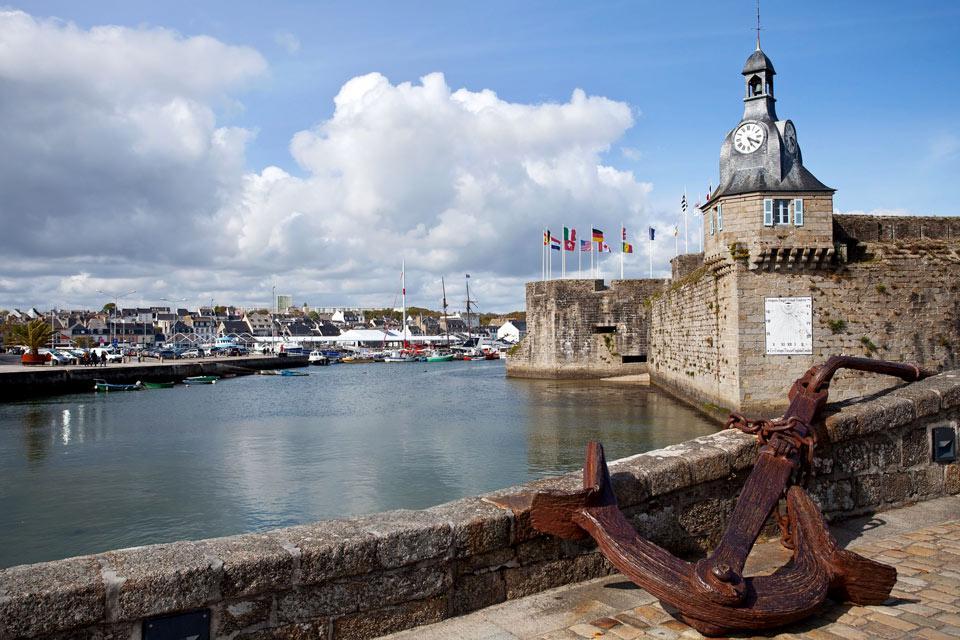 Esta ciudad costera, la tercera más poblada de la región, se convirtió en una plaza fuerte de Bretaña tras la construcción de sus murallas en el siglo XIV. Su aspecto externo es el mismo que en aquel entonces excepto el de la puerta que se amplió en 1875 y el campanario que se agrego a principios del siglo XX.   Hasta la revolución francesa, Concarneau tenía, además de la guarnición, una importante ...