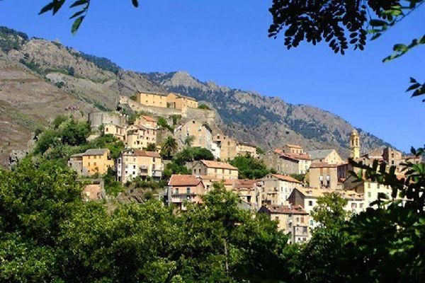 Corte se encuentra en la frontera entre Córcega del norte y Córcega del sur.