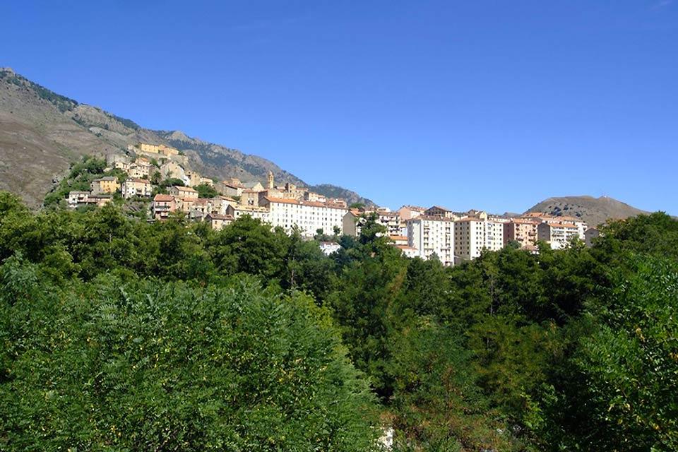 Corte se trouve au centre de la Corse à 450 mètres d'altitude, entre Bastia et Ajaccio.