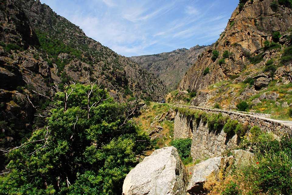 """Aux pieds de cette montagne se trouvent des gorges classées """"grand site national""""."""