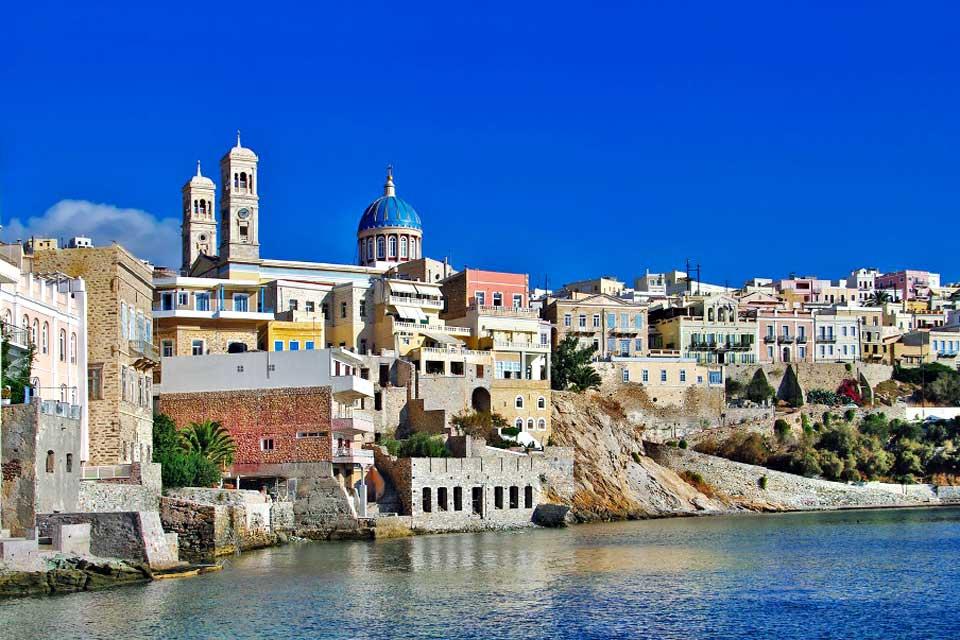 Syros est une île grecque peu connue au charme incontestable, dû principalement à la ville d'Ermoupoli, capitale des Cyclades. Elle fut par le passé la capitale de la Grèce grâce à un port très actif où fleurissait un commerce prospère. C'est aujourd'hui une ville très agréable qui réserve de nombreuses surprises aux visiteurs. Son architecture vénitienne et néoclassique en fait l'une des plus belles ...
