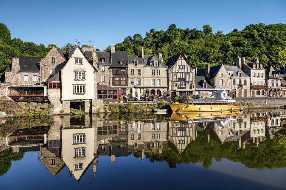 Installée au coeur d'une région touristique entre le Mont Saint Michel et Saint Malo, Dinan permet de découvrir le patrimoine naturel de la Bretagne. Cité médiévale dotée d'un riche passé culturel et historique, Dinan est la seconde ville de Bretagne classée Ville d'art et d'histoire. Avec ses rues anciennes bordées de maisons du XVème et XVIème siècle, ses églises Romane et Gothique, la ville a gardé ...
