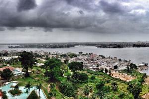 Afrique; Côte d'Ivoire; Abidjan; ville; bâtiment; fleuve; arbre; piscine; lagune;