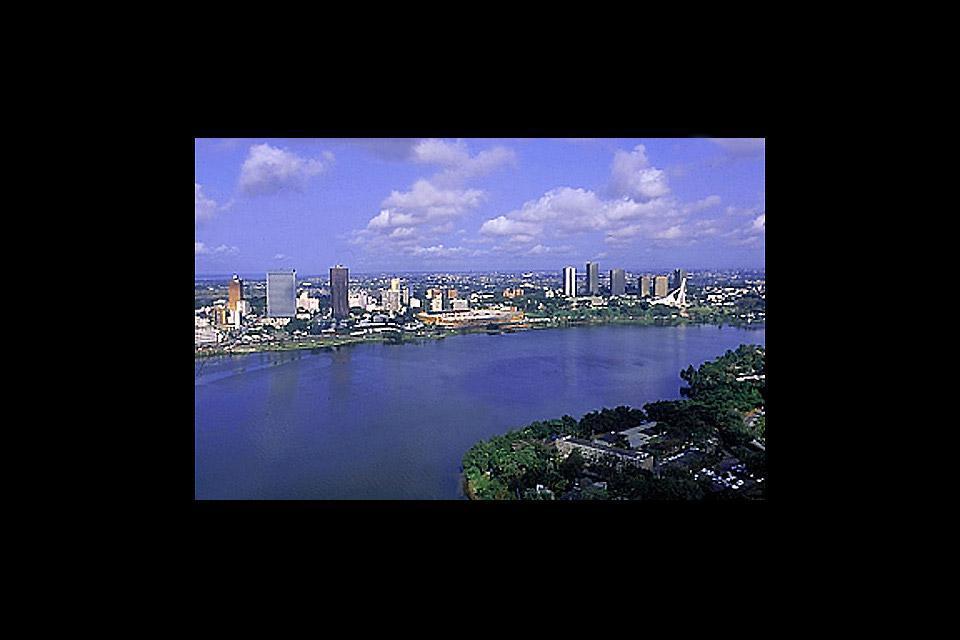 Abidjan est une ville en pleine explosion démographique et présent ainsi des aspects très contrastés, du quartier moderne au traditionnel. C'est cette diversité qui fait sa force.