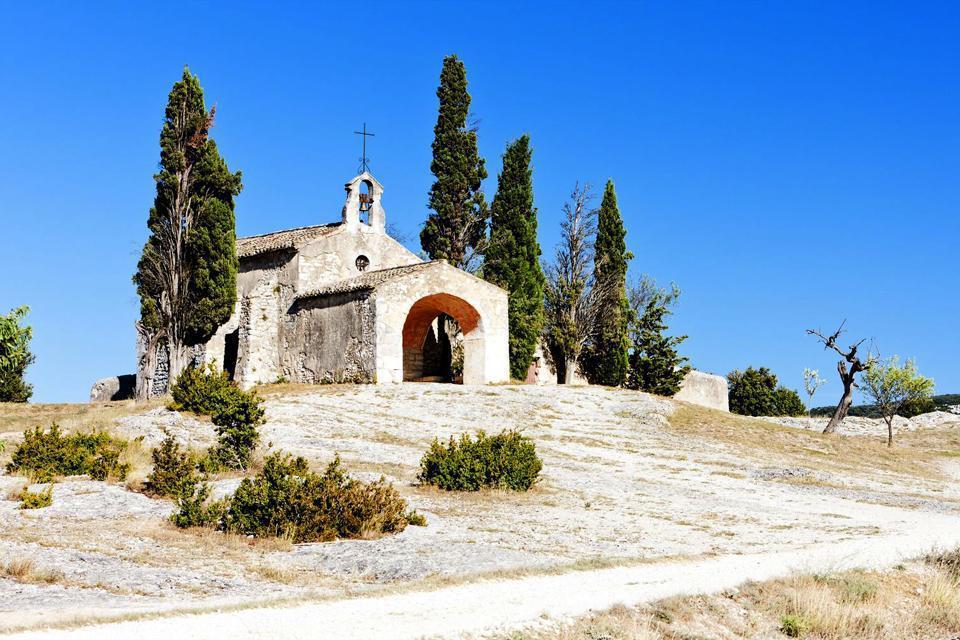 Eygalières est située dans le département des Bouches-du-Rhône et la région Provence-Alpes-Côte d'Azur. Au pied des Alpilles, le terroir de la commune est classé AOC depuis 1995 et produit des vins coteaux-des-baux-de-provence. La commune produit par ailleurs de l'huile d'olive de la vallée des Baux-de-Provence. Outre l'agriculture, Eygalières s'est aussi spécialisé dans le tourisme ; de plus en plus ...