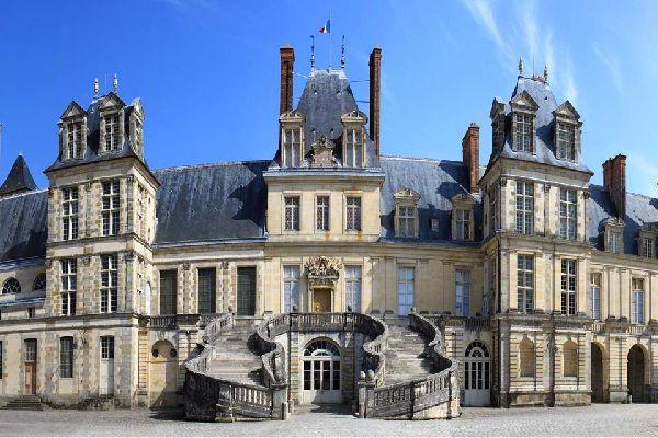 Fontainebleau en Seine et Marne est la commune la plus vaste de la région Île-de-France. En effet, elle s'étend sur plus de 17 205 hectares et est quasi-entièrement recouverte d'une forêt qui s'étend également sur plusieurs communes à proximité. Fontainebleau est une île de verdure dans l'Île-de-France où beaucoup de Parisiens viennent se ressourcer. C'est également un lieu très réputé pour sa pratique ...