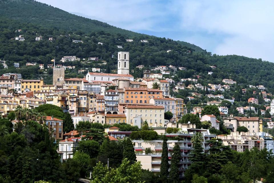 Considérée comme la capitale mondiale du parfum, la ville de Grasse, située dans l'ouest du département des Alpes-Maritimes, est un espace d'authenticité, de saveurs et de senteurs.  Grasse bénéficie d'un climat méditerranéen qui lui permet d'avoir des températures exceptionnellement douces, même en hiver. Véritable balcon de la Côte d'Azur, Grasse est depuis le Moyen-Age, une ville d'intense activité ...