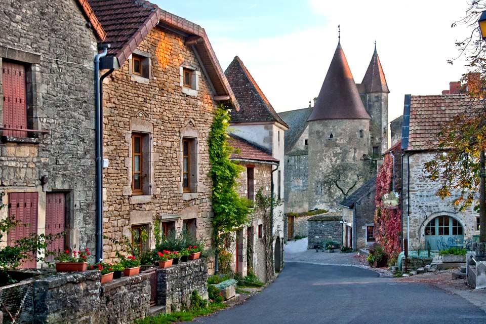 En el valle del río Lauch, a unos cien kilómetros de la capital europea, Guebwiller se beneficia de una situación envidiable. Situada a los pies del Ballon d'Alsace (Globo de Alsacia), punto más alto de los Vosgos a 1.424 m, también es una de las etapas de la famosa ruta de los vinos.   Con un entorno vitícola, sus edificios religiosos, la iglesia colegial de Nôtre-Dame, las iglesias de Saint-Léger ...