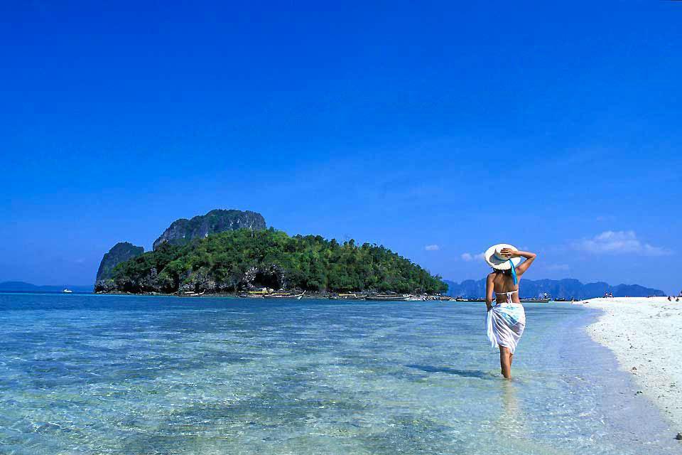 Situata sulla costa meridionale della Thailandia, di fronte al mare delle Andamane, la provincia di Krabi conta al suo attivo più di 150 isole. Magnifiche spiagge si profilano all'orizzonte grazie a immense formazioni carsiche. Tutta la costa ne è provvista e offre, sovente, uno spettacolo magnifico. Dal punto di vista balneare, il litorale di Krabi è semplicemente superbo: sabbia fine e acqua trasparente ...