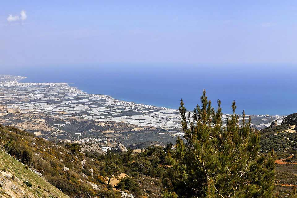 La costa sur de Creta es seguramente el lugar más auténtico de toda la isla. Lugar de espacio y escenarios naturales, está poco castigada por los estragos del turismo de masa. Desiertos durante mucho tiempo, los alrededores de lerapetra aún poseen numerosos pueblos auténticos. Aquí el clima recuerda mucho al de África, al otro lado del mar de Libia. Aunque lerapetra es la mayor ciudad de la costa sur, ...