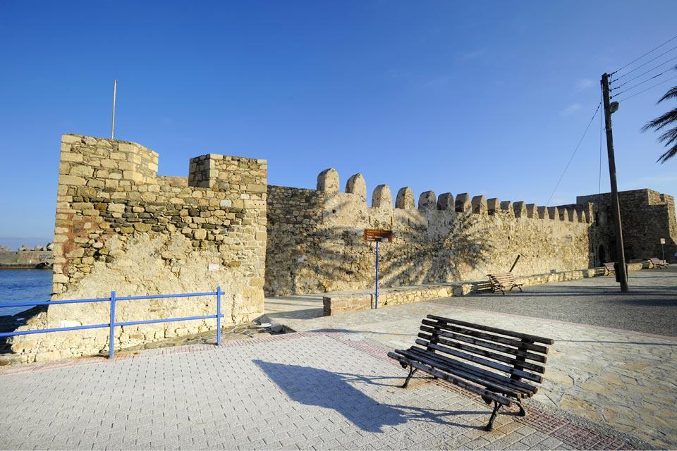Construit au XVIIe siècle, ses bastions carrés annoncent l'entrée du port.