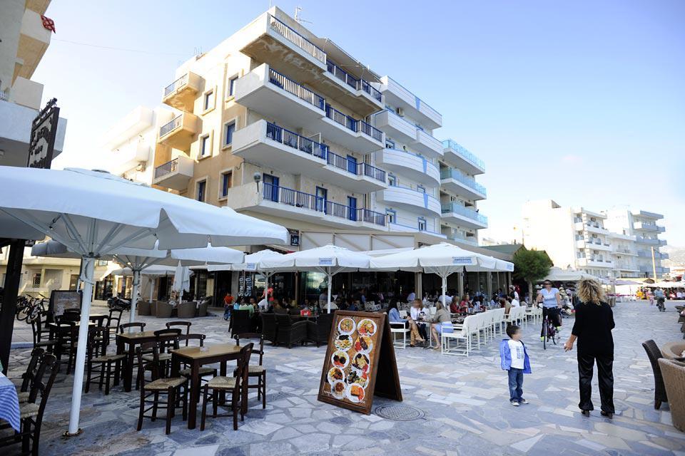 Un paseo bordea la orilla del mar acondicionado con terrazas de bares y restaurantes.