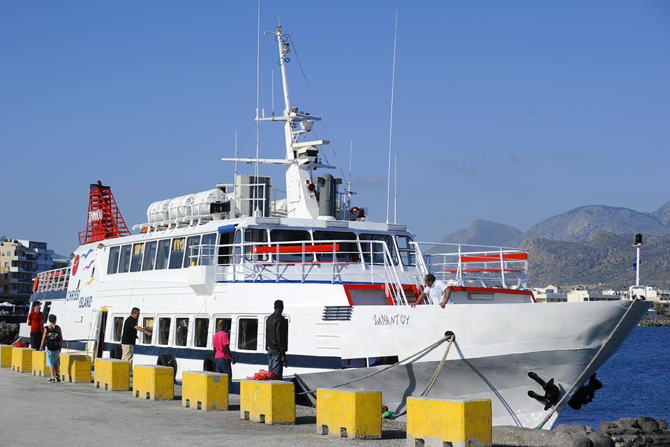 Des départs sont programmés tous les jours pour faire la traversée jusqu'à l'île sauvage de Chrissi en face.