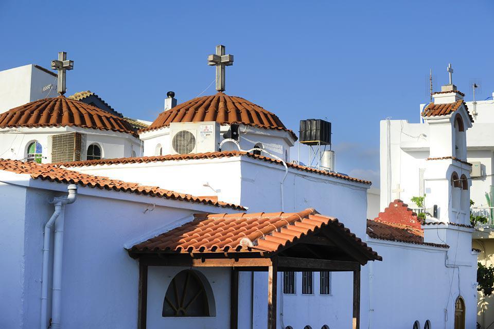 Delante del puerto, la iglesia y su tejado de tejas rojas protege a los marineros de los peligros del mar.