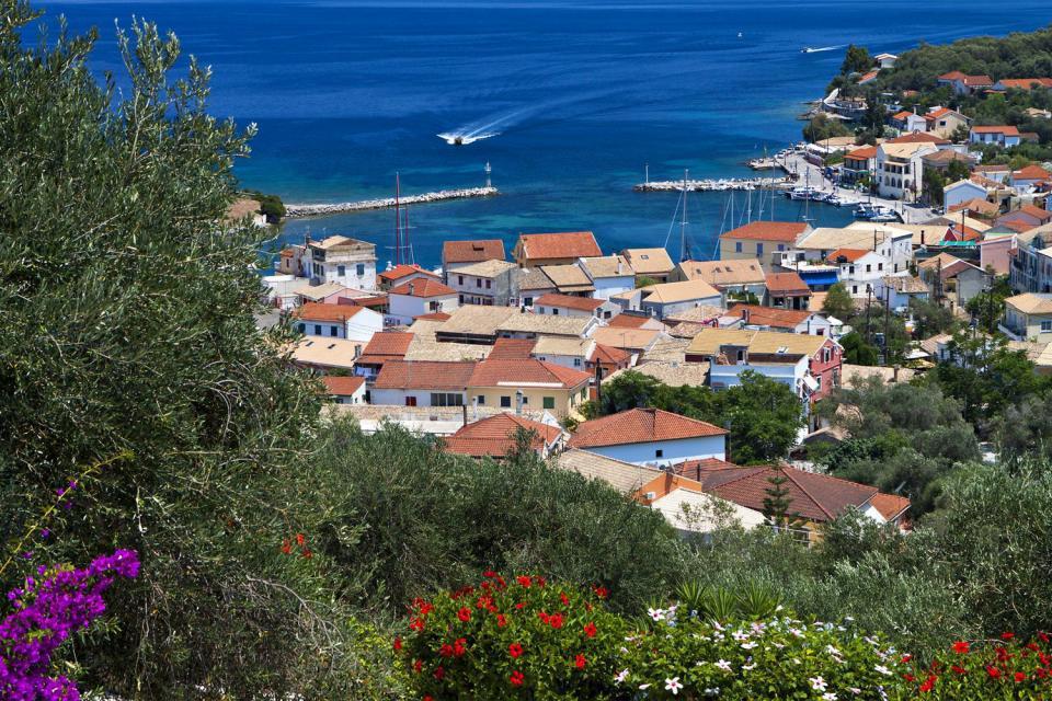 Située dans la mer Ionienne, l'île de Paxos est installée au sud de Corfou. Ce petit havre de paix ne mesure que 25 km². Ses reliefs culminent à 217 mètres d'altitude. Les habitants de l'île résident principalement dans la localité de Gaios qui se trouve au sud-ouest de l'île. Ce petit port de pêche est protégé par deux îlots appelés Agios Nikolaos et Panaghia. Le premier possède une forteresse vénitienne ...