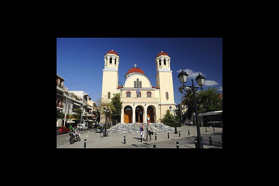 Si erge in una piazza dallo stesso nome, riferito alla decapitazioni di 4 cristiani per mano turca nel 1824.