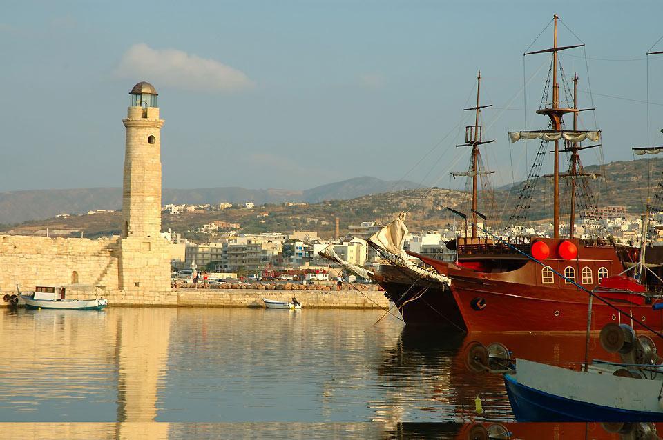 Dal porto di Rethymnon è possibile partire per numerose escursioni in mare.