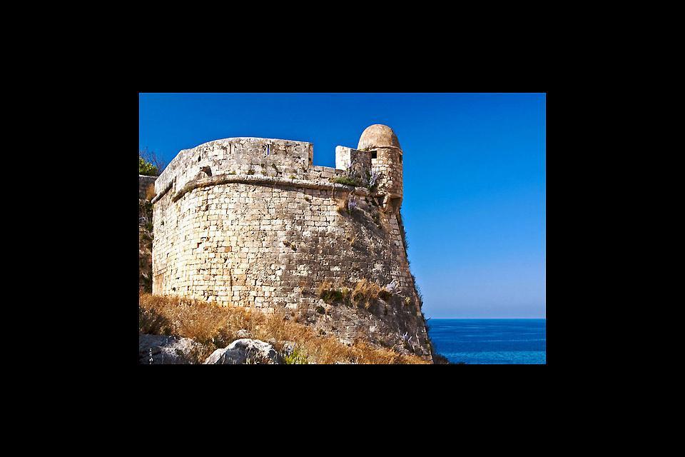 La Fortezza fu creata nel XVI secolo dai veneziani, ampliando il castello situato sulla collina. Da qui si gode la vista di tutto il porto.